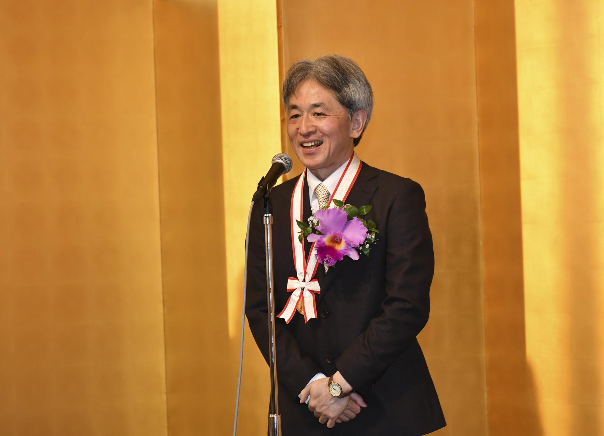 神取教授が、鵜飼学長・木下理事に、内藤記念科学振興賞の受賞を報告。