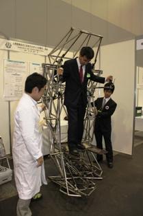巨大二足歩行ロボットに搭乗する髙橋学長