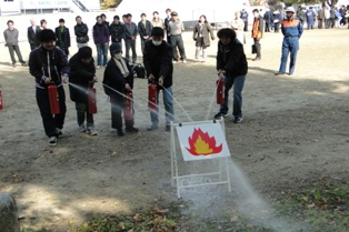 避難場所では消火器の取扱訓練を実施