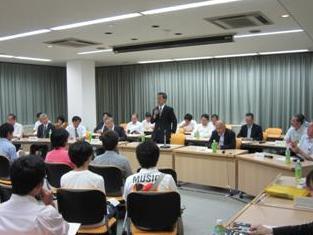 学生に語りかける高橋学長(中央)