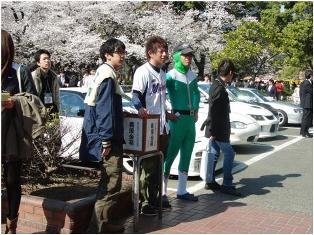 会場前の東日本大震災義援金箱