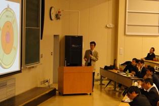 地震のメカニズムについて説明する市之瀬教授