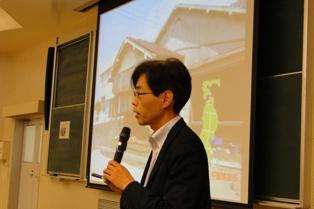 写真を用いて説明する井戸田教授