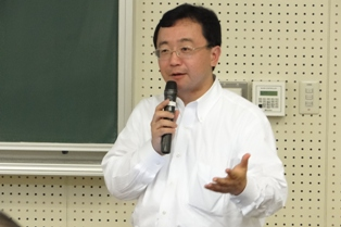 参加者からの質問に答える渡辺教授