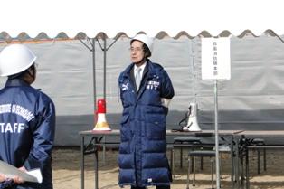 災害対策本部長の高橋学長から講評