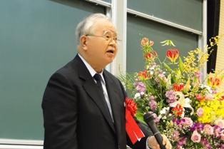 講演の挨拶をする米倉会長